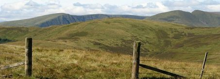 Eine rechtliche Lücke bei der Einbindung von Facebook-Trackern lädt die Behörden ein: DSGVO Art. 26. Eileen Henderson, Gap in the fence on Black Knowe Head - geograph.org.uk - 550211, CC BY-SA 2.0
